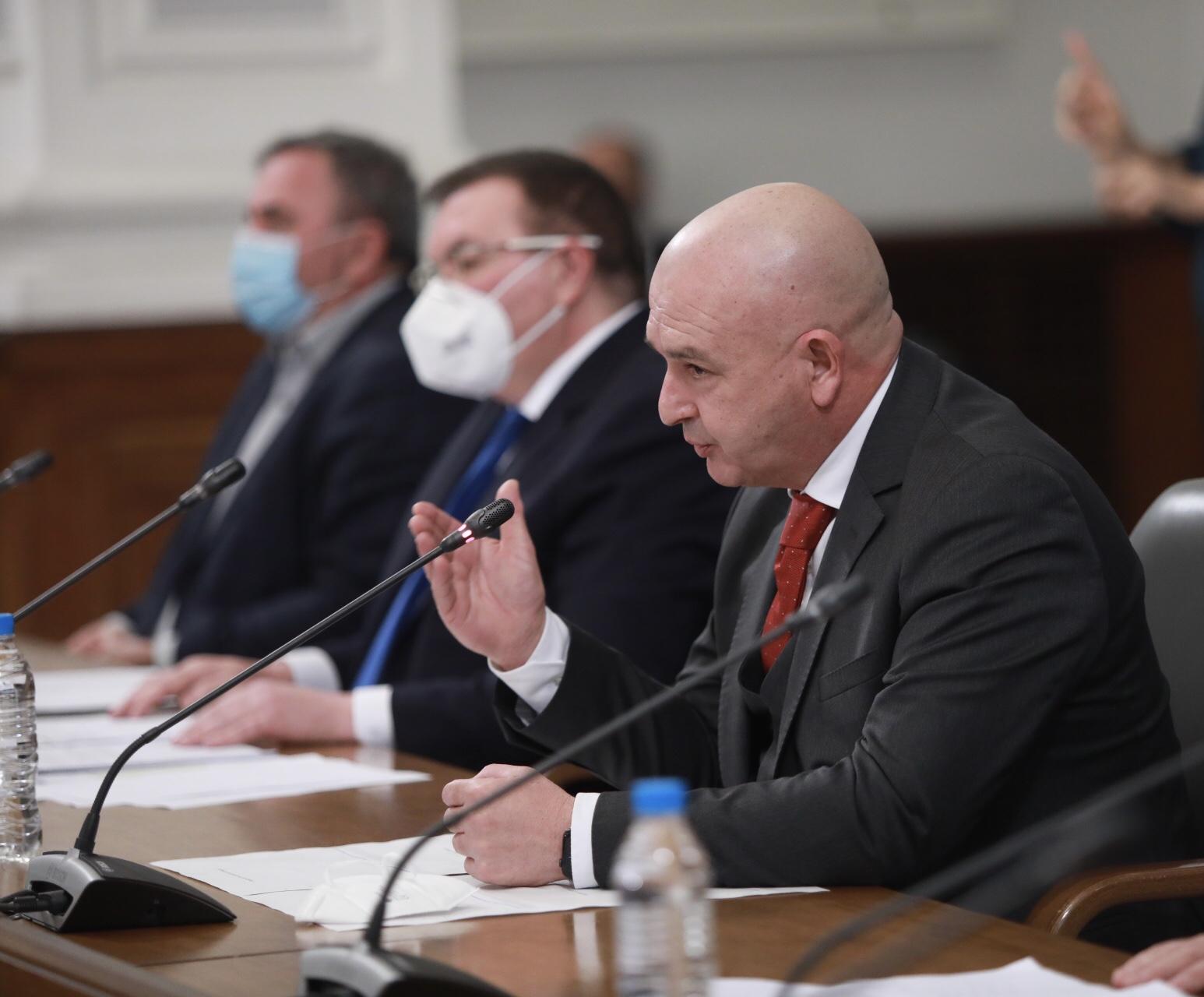 <p>Здравните власти по време на брифинга в Министерския съвет</p>