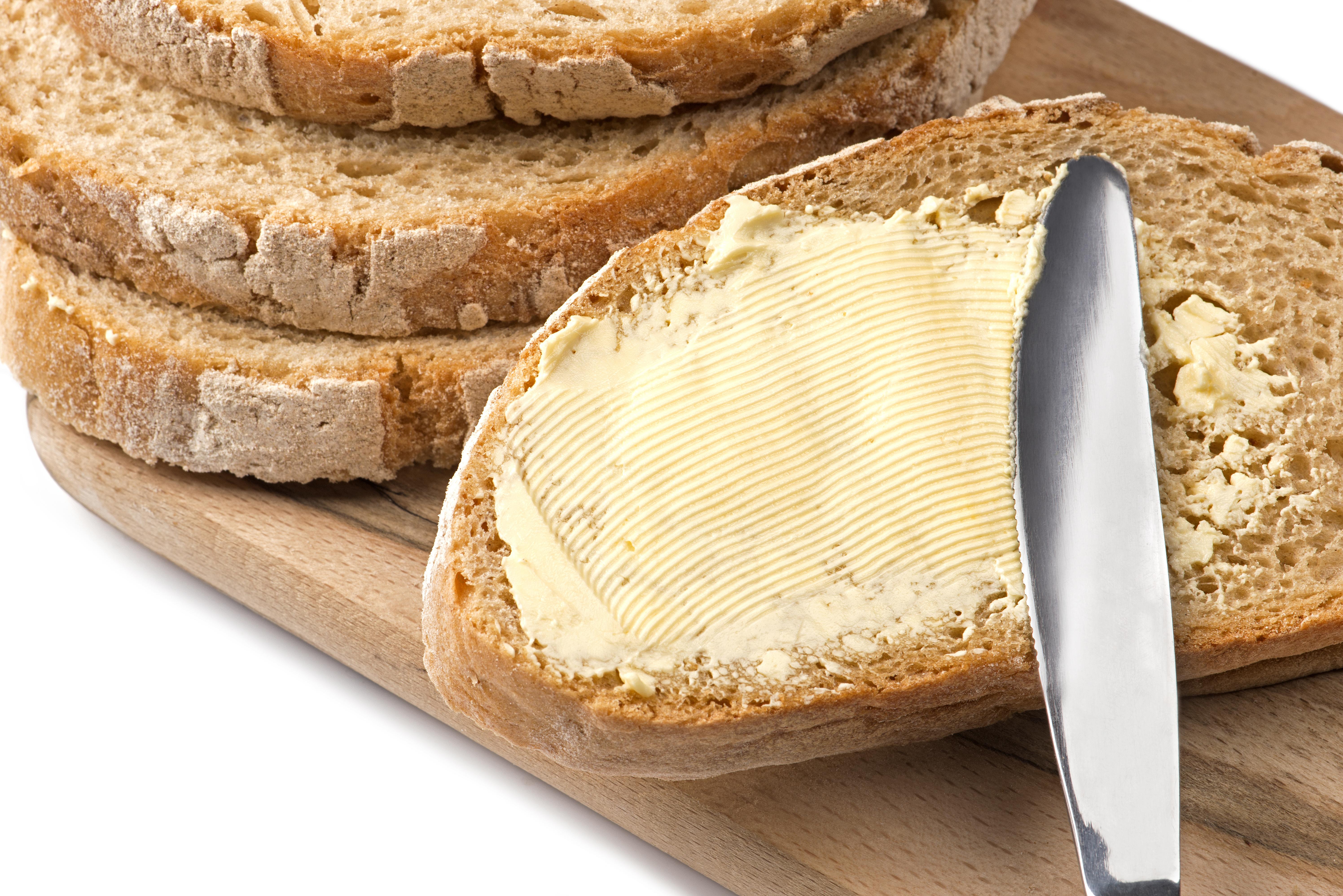 <p><strong>Тост, намазан с маргарин</strong><br /> Това може да изглежда добър избор за закуска, тъй като не съдържа наситени мазнини или захар. Тъй като обаче брашното в повечето хлябове е рафинирано, то ни осигурява малко хранителни вещества и малко фибри.<br /> Повечето маргарини пък съдържат трансмазнини, които са най-нездравословният вид мазнини, които можете да консумирате.</p>