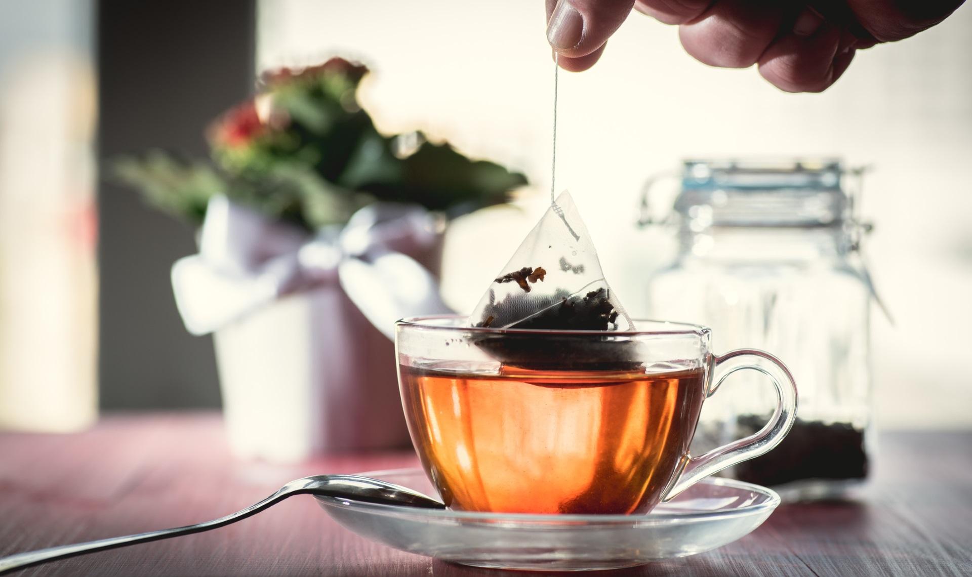 <p>Чували ли сте, че разбъркването на чая ви по посока на часовниковата стрелка ще провокира неприятности? Друго поверие пък гласи, че ако слагате захар вместо мед в чая, никога няма да се омъжите.</p>