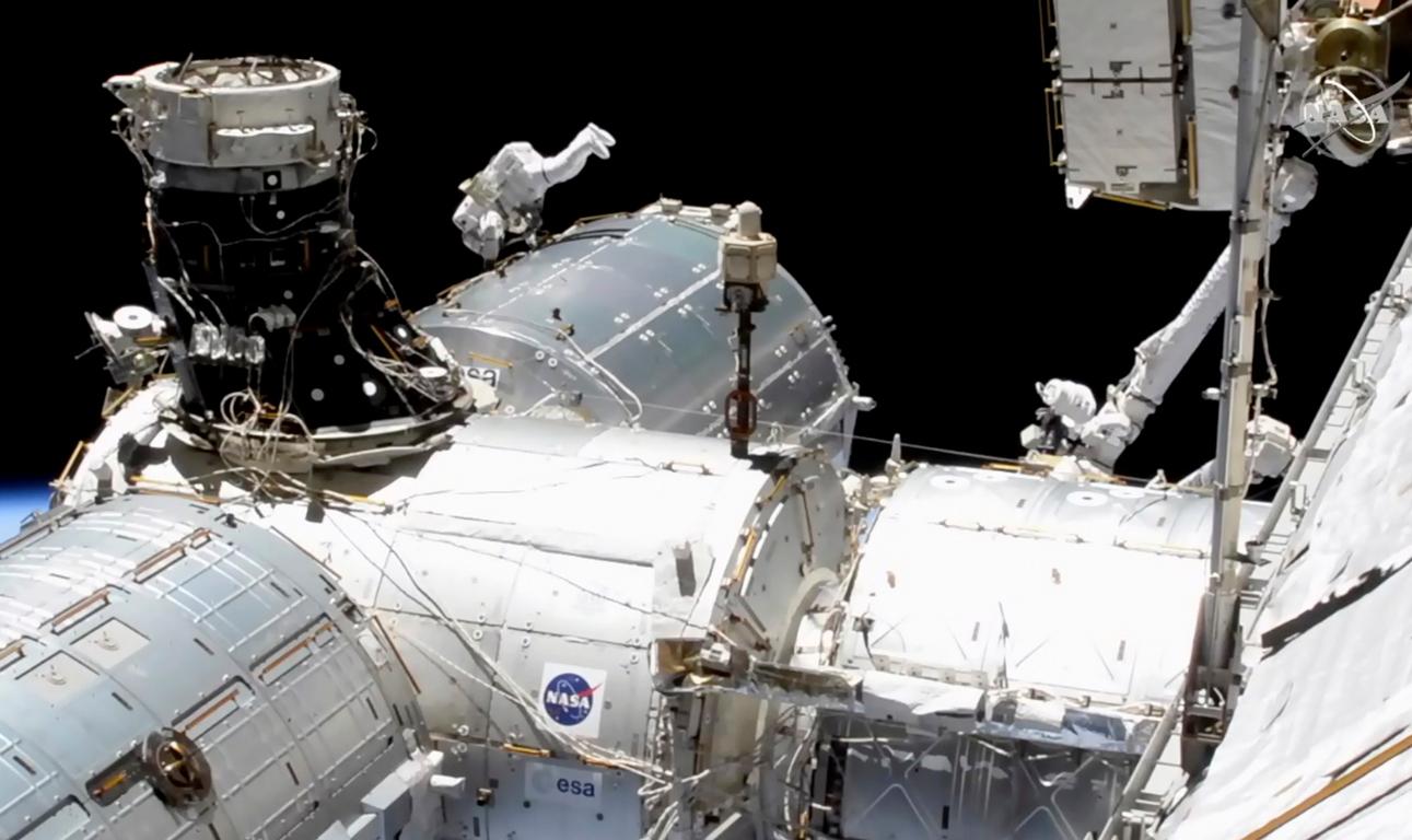 <p>Американските астронавти Майкъл Хопкинс и Виктор Глоувър излязоха в открития космос от борда на Международната космическа станция /МКС/ за провеждане на работи, свързани с монтирането на научно оборудване, предаде ТАСС.</p>
