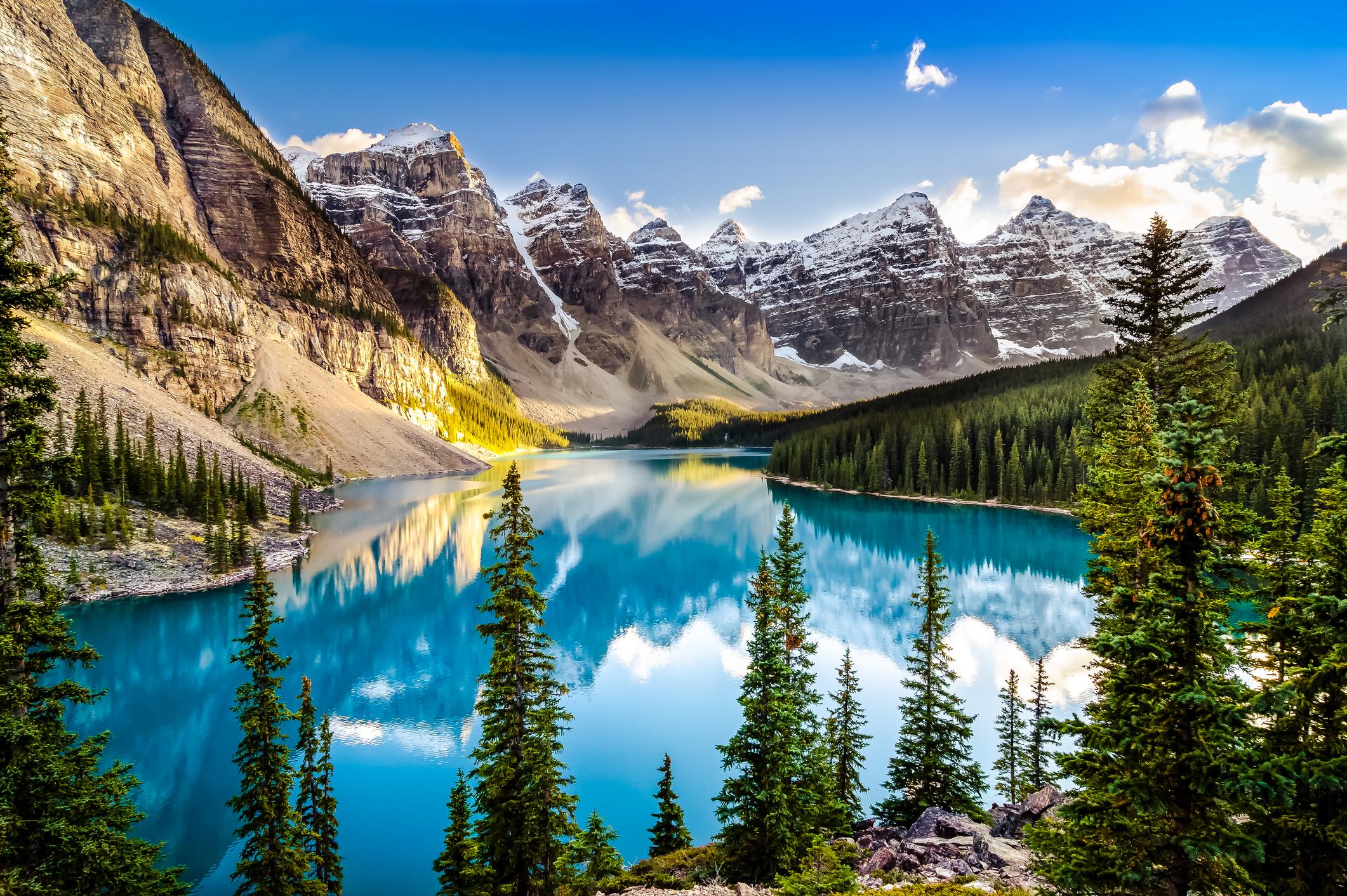 <p>Ледниковите езера в първия национален парк на Канада имат едни от най-сините води, които някога сте виждали. Дори и времето да е облачно, все още можете да се възхищавате на гледките от една от уютните и луксозни хижи край езерото Луиза.</p>