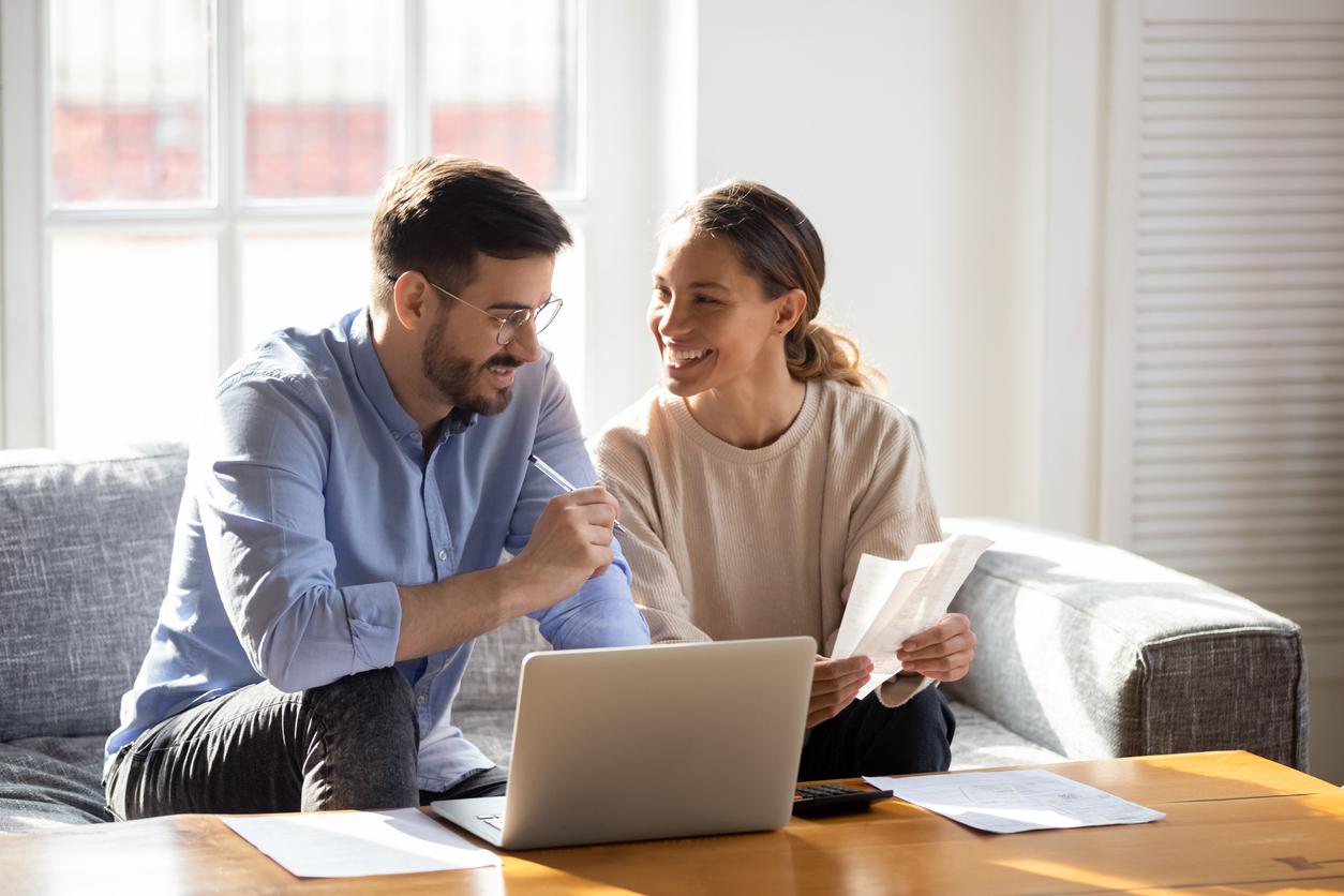 <p><strong>1. Домашно счетоводство&nbsp;</strong>Контролът на приходите и разходите ви помага да не допуснете отварянето на финансови дупки в личния си бюджет. Експертите съветват да си водите записки на лист хартия или в електронна таблица на Excel за твърдите месечни разходи, които не можете да избегнете - като наем, застраховка или вноски по кредит. Така лесно ще разберете колко ви остава за книги, дрехи и развлечения.</p>