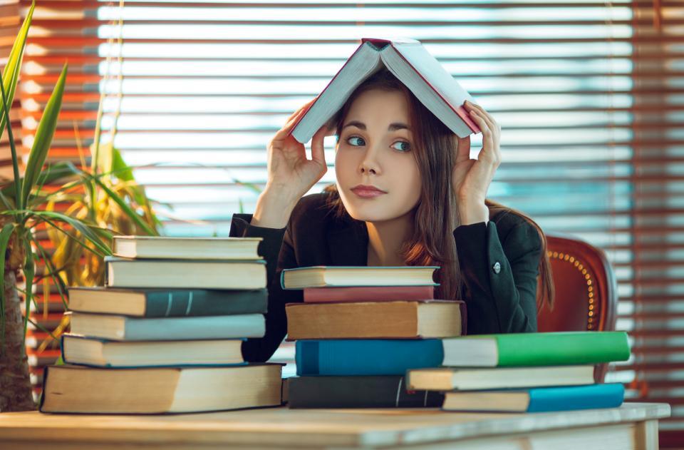 момиче студентка учебници