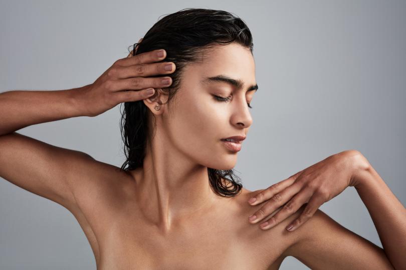 <p><strong>Коса</strong></p>  <p>Зехтинът има ефективно действие на балсам за коса. Дерматолози препоръчват <strong>да се нанася редовно върху косата и скалпа след шампоана за 10-20 минути</strong>. А за блясък в косите, след баня добави <strong>няколко капки от него към серума си за коса</strong>.</p>