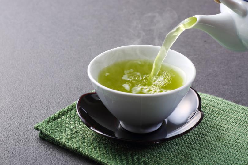 <p><strong>Зелен чай и мента</strong><br /> Ментата има охлаждащо и успокояващо кожата действие, а таниновата киселина в зеления чай ще успокои болката. Можете да направите отвара от двете билки, която да оставите да изстине в хладилника. Направете компреси, които да сложите върху изгорелите места</p>