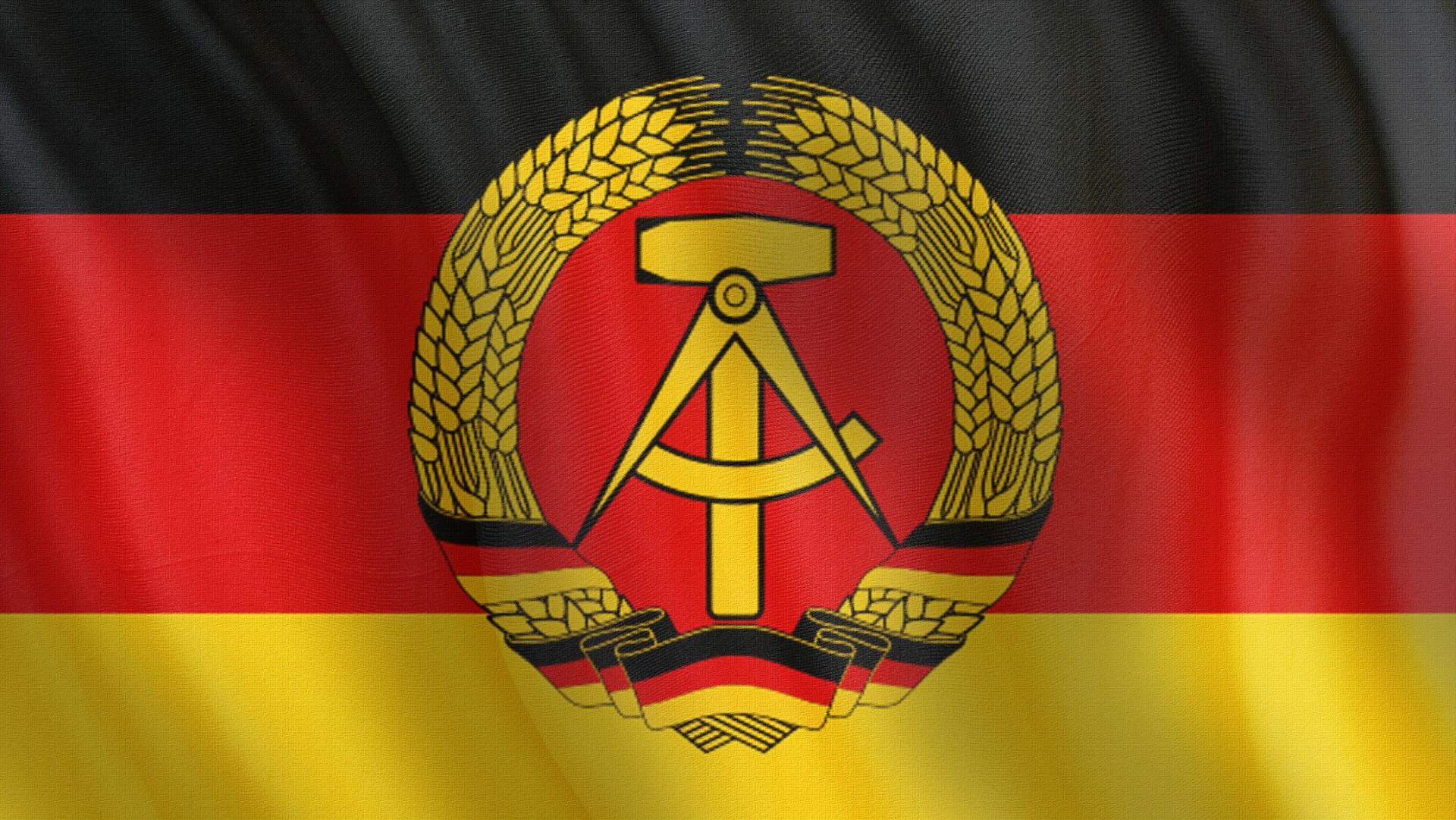 <p><strong>Германска Демократична Република (ГДР)</strong></p>  <p>След Втората световна война Съюзниците разделят Германия и столицата ѝ Берлин на източна и западна част, създавайки Германската Демократична Република, позната още като Източна Германия. Социалистическата страна е под контрола на СССР до 1990 г., когато отново се обединява със Западна Германия след падането на Берлинската стена през 1989 г.</p>  <p>&nbsp;</p>