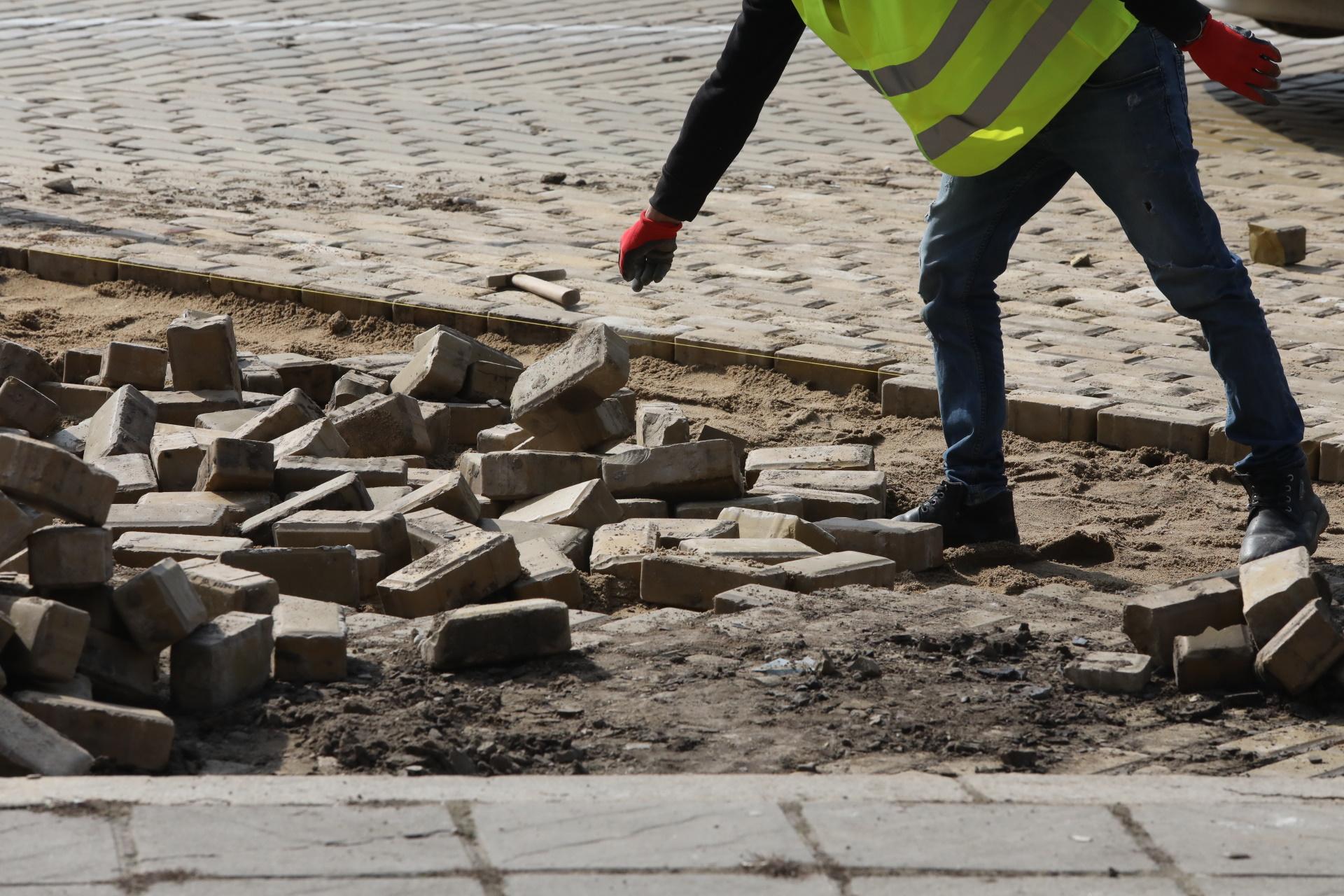 <p>Ремонтират жълтите павета в София. В центъра на столицата са поставени ограничителни табели и ленти за шофьорите.</p>