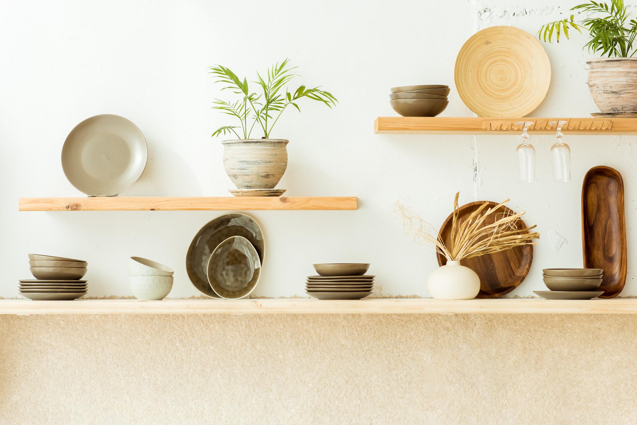 <p>Дръжте рафтовете си подредени и без много излишни вещи върху тях. Така не само ще трябва да чистите по-малко прах, но и домът ви ще изглежда по-малко претрупан. Така ще имате усещането, че помещението &quot;диша&quot;.</p>