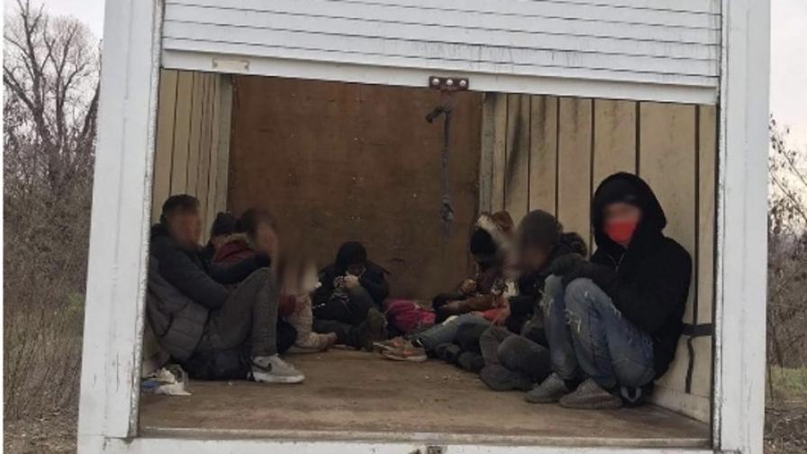 Заловиха мигранти и каналджии на границата
