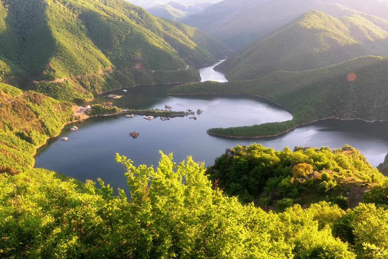 <p><strong>Язовир Въча</strong> - намира се в Родопите, по поречието на река Въча.<br /> &nbsp;</p>