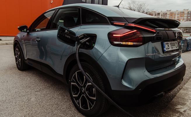 Електрическият С4 разчита на батерия с капацитет 50 kWh и електромотор с мощност 136 к.с. (260 Нм). Тези параметри би трябвало да са достатъчни за максимален пробег от 350 км по цикъла WLTP.