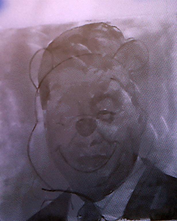 <p>Основна част от изложбата са произведенията от серията &bdquo;Двойни картини&ldquo;, в които под видимия за невъоръженото човешко око червен слой са скрити различни политически портрети, а над него има експроприирани и модифицирани изображения и знаци, които пряко кореспондират с невидимата част от картините.</p>