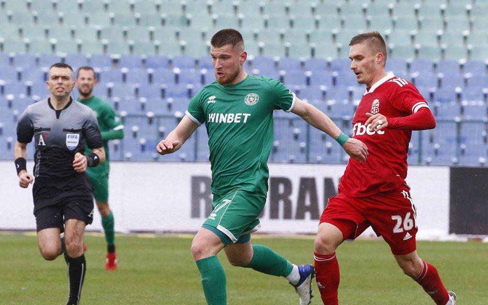 Отборът на Локомотив Пловдив се интересува от защитника на Ботев