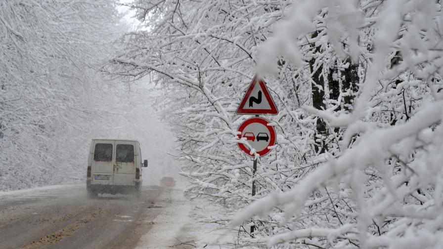 <p>Снегът създаде редица проблеми в страната</p>
