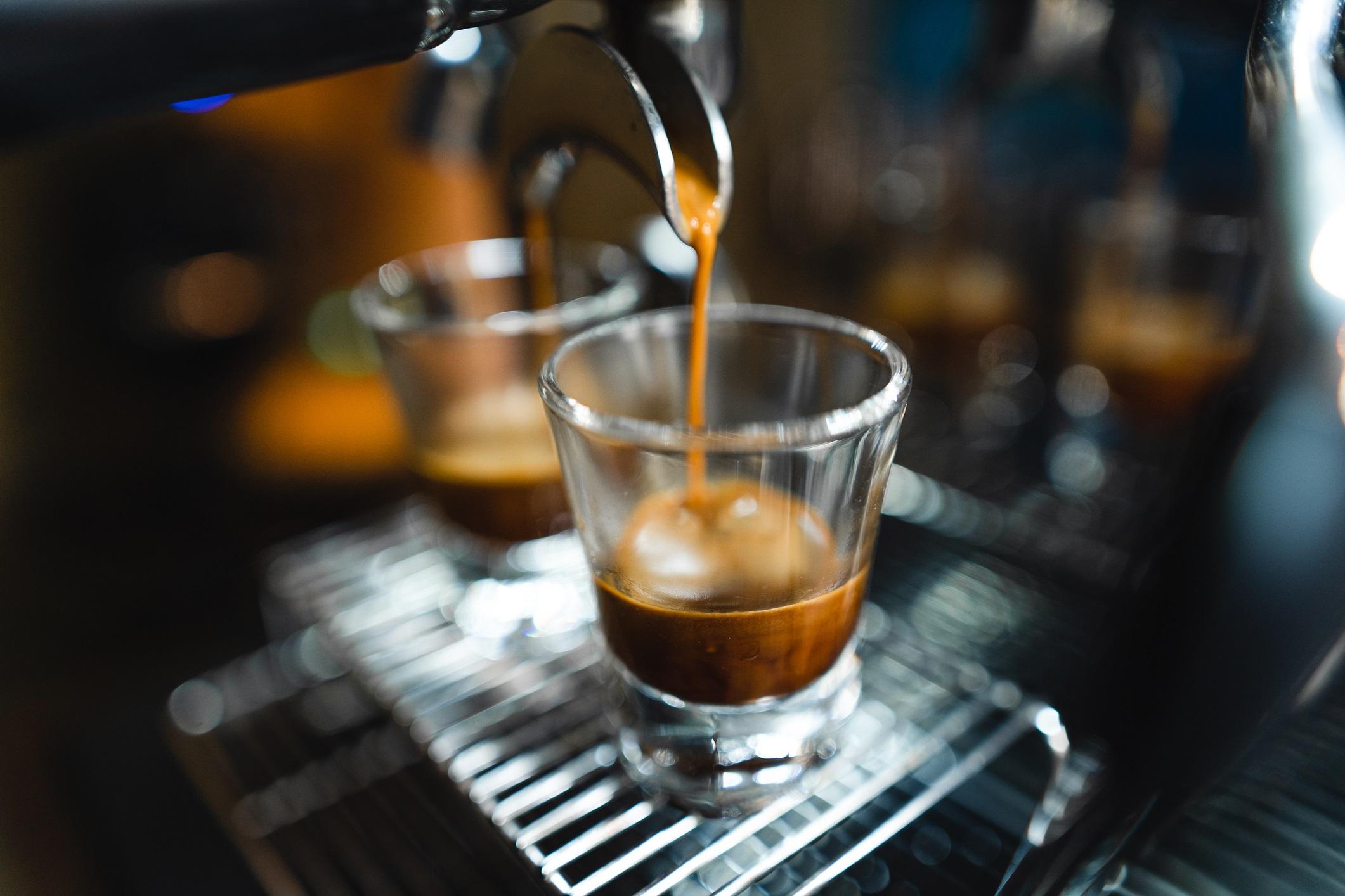 <p><strong>Хора със синдром на раздразненото черво</strong></p>  <p>Кофеинът може да увеличи редовността на червата, включително да увеличи шансовете за диария. Ако страдате от този синдром е добре да ограничите или направо да избягвате кофеиновите напитки.</p>
