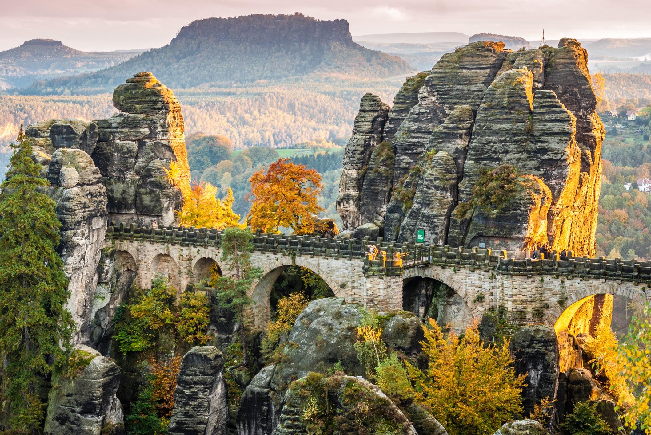<p><strong>Бастай (Саксония, Германия)</strong></p>  <p>Фотогеничният мост Бастай се намира на около час от оживения град Дрезден, в германския национален парк Saxon Switzerland. Спираща дъха структура от пясъчник с панорамна гледка към река Елба, сегашният мост е построен през 1851 г.</p>