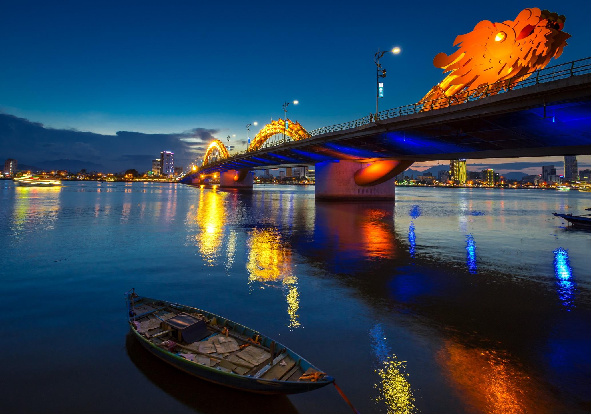 <p><strong>Драконовият мост (Да Нанг, Виетнам)</strong></p>  <p>Дръзък, привличащ вниманието и със сигурност запомнящ се, Драконовият мост във Виетнам е, както подсказва името му, оформен да изглежда като страховит дракон. Извивайки се над река Хан, мостът е с обща дължина от 568 метра и поразителното метално същество може дори да издиша огън или вода, за да отбележи специални случаи.</p>