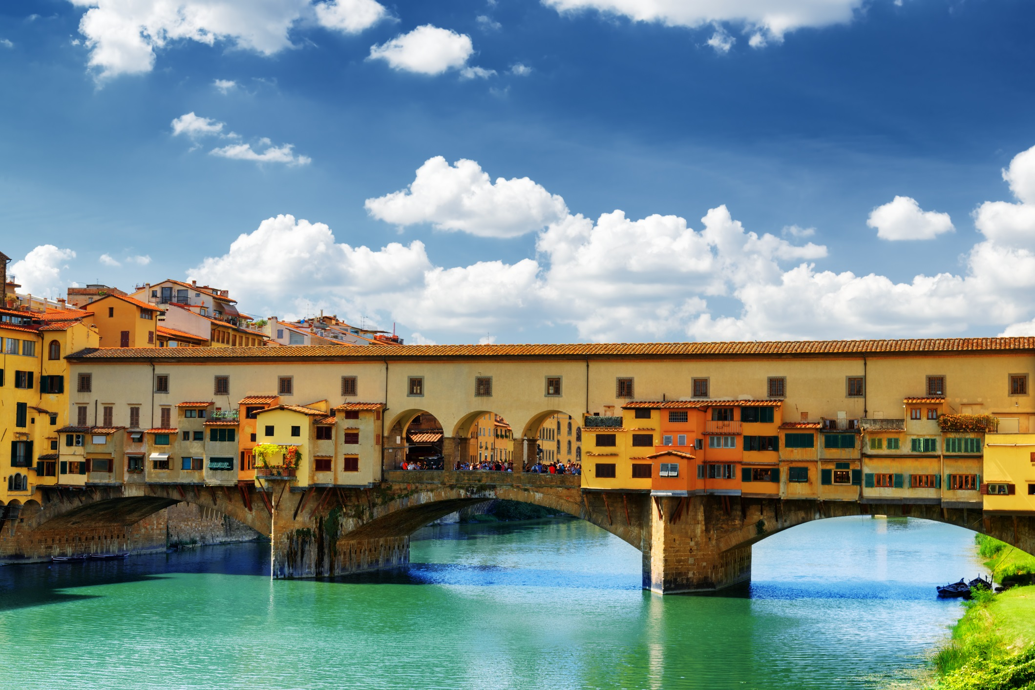 <p><strong>Понте Векио (Флоренция, Италия)</strong></p>  <p>Мост на това място съществува поне от 966 г., въпреки че Понте Векио във Флоренция е бил разрушаван два пъти в историята си от наводнения. Не е ясно коя година датира сегашната конструкция, но е един от най-разпознаваемите мостове в Италия. На покрития мост от векове има магазини: някога те са били предимно месарници и търговци на риба, а сега продават бижута и сувенири.</p>