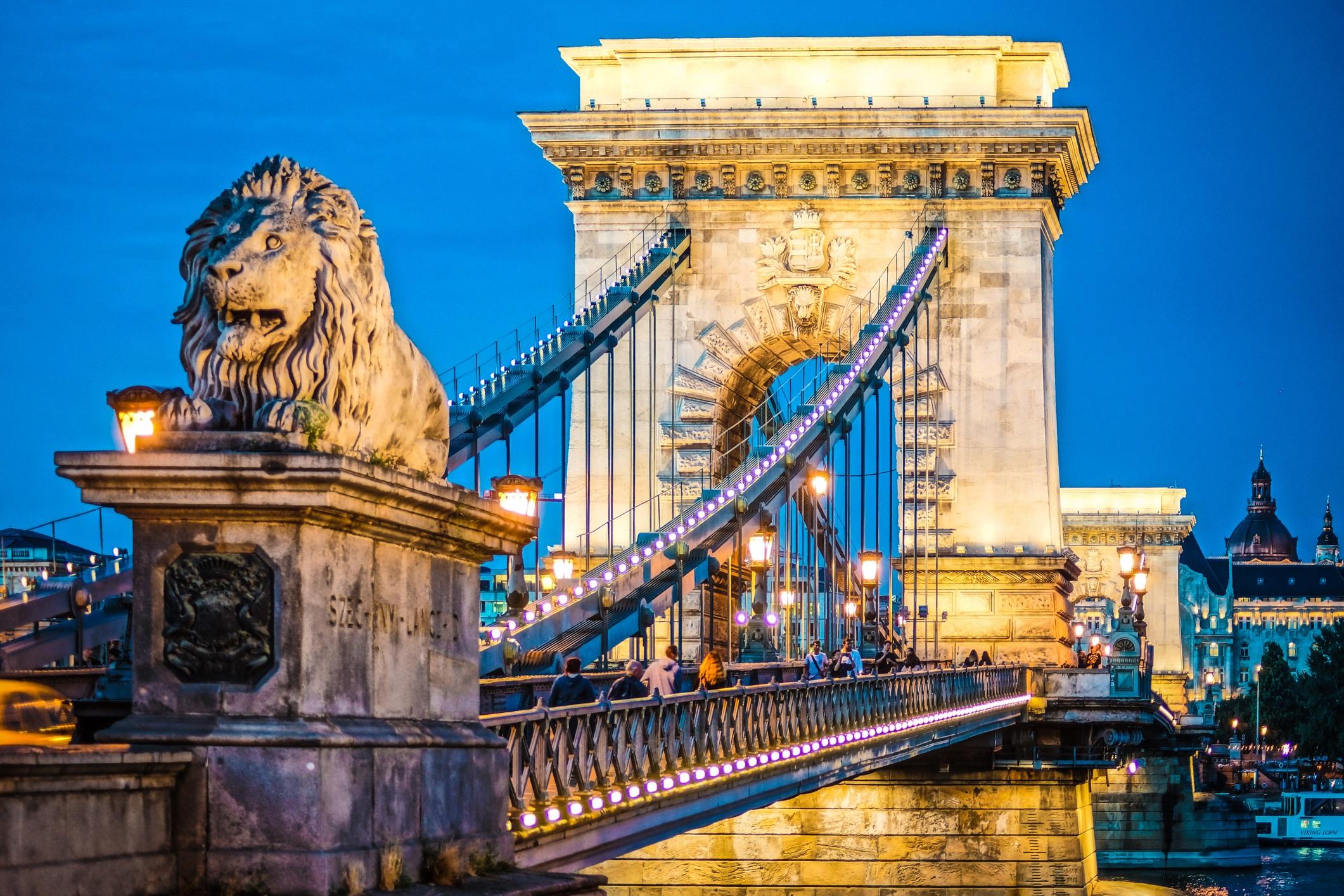 <p><strong>Сечени (Будапеща, Унгария)</strong></p>  <p>Най-известният мост на Будапеща, верижният мост Сечени, свързва Буда и Пеща, западната и източната част на града през река Дунав. Неговите огромни кули привличат туристите и е той е една от най-фотогеничните забележителности в града.</p>