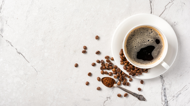 <p><strong>5. Кафе</strong></p>  <p>Кафето може да е първото нещо, за което се сещате, когато изгубите енергия. Стимулиращият ефект на кофеина ни кара да се чувстваме бдителни и концентрирани. Но все пак бъдете внимателни, не е препоръчително да се консумират над 400 mg кофеин или около 4 чаши кафе на ден.</p>