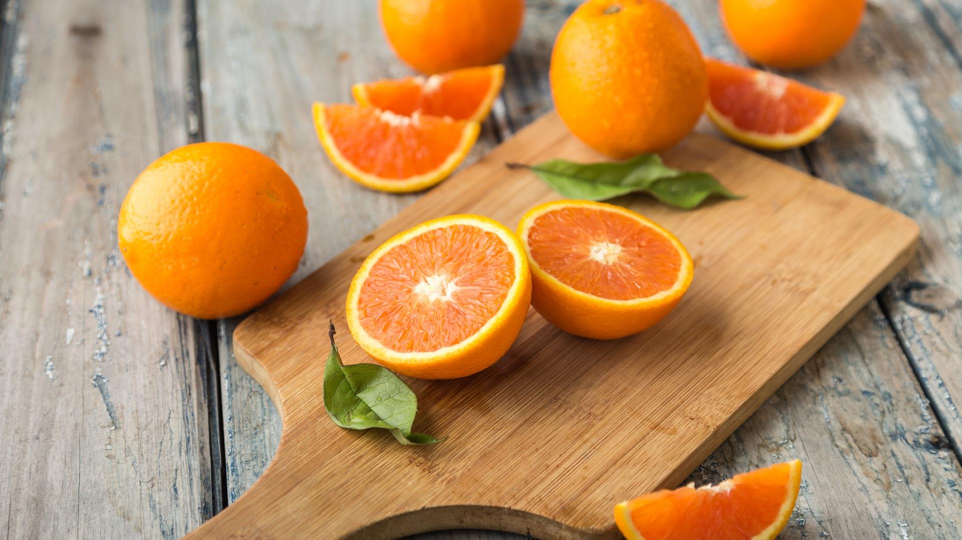 <p><strong>Портокали</strong></p>  <p>Витамин С, калий и поддържащата имунитета фолиева киселина &ndash; това ни дават тези цитрусови плодове покрай фруктозата и свежия вкус. За да не се губят ценни фибри, по-добре е портокалът да се консумира не под формата на сок, а като плод.</p>
