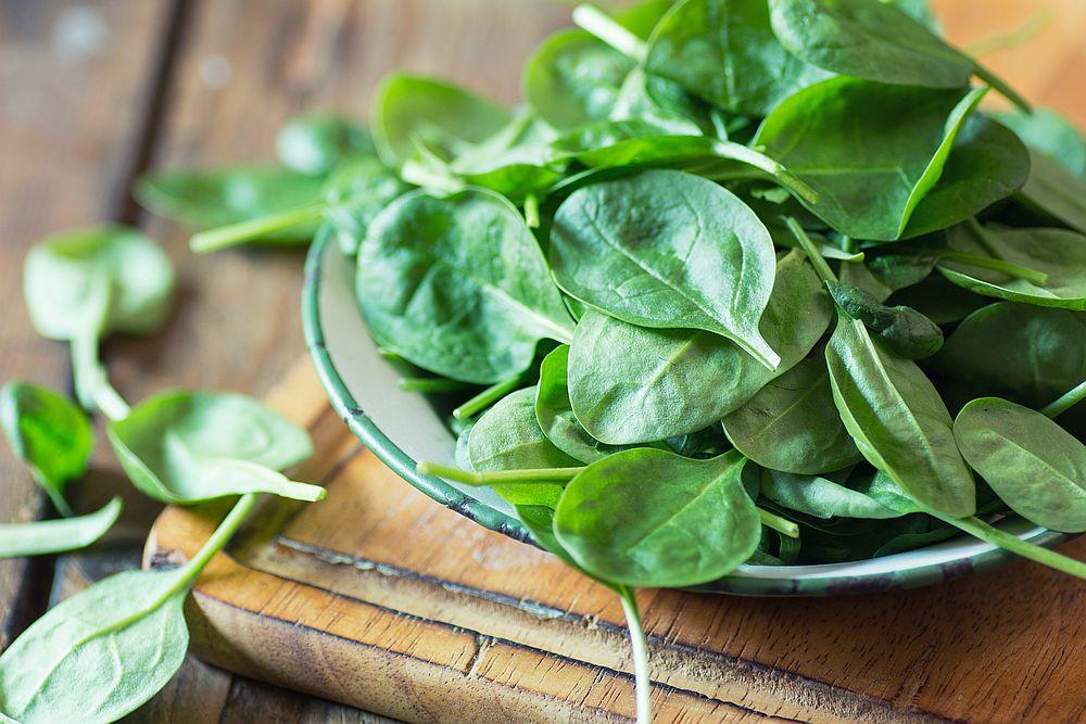 <p><strong>Спанак</strong></p>  <p>Този нискокалоричен листен зеленчук е отличен източник на желязо, което активно участва в енергийния обмен на организма. За да се усвои по-добре, не забравяйте да капнете няколко капки лимонов сок към свежия или вече приготвения спанак.</p>