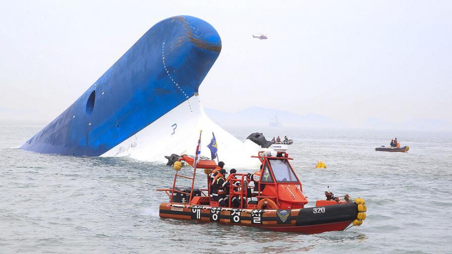 Десетки изчезнаха след корабокрушение в Индонезия
