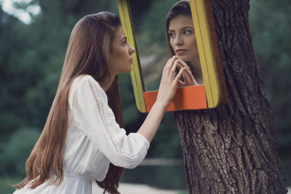 жена огледало