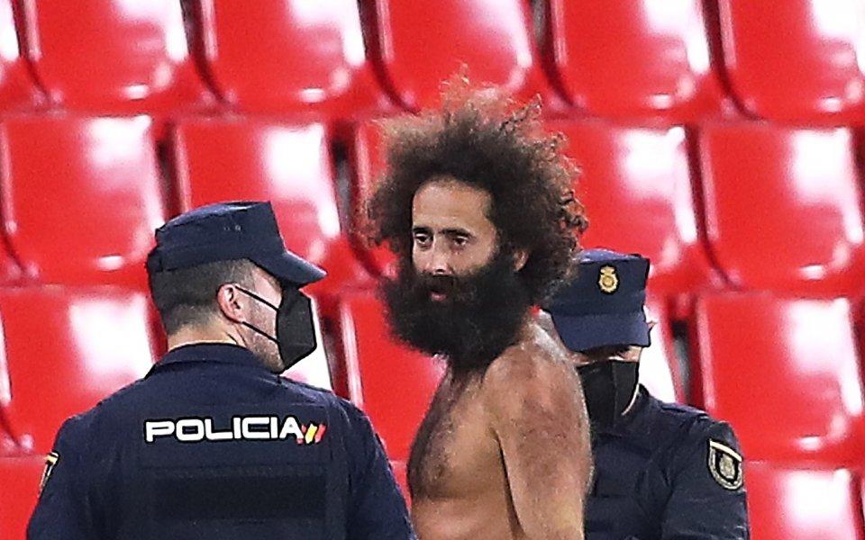 Голият мъж, който нахлу на терена по време на четвъртфиналния