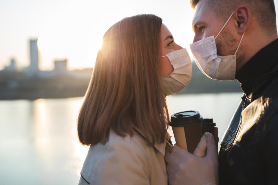 любов обич двойка семейство дистанция пандемия маски коронавирус