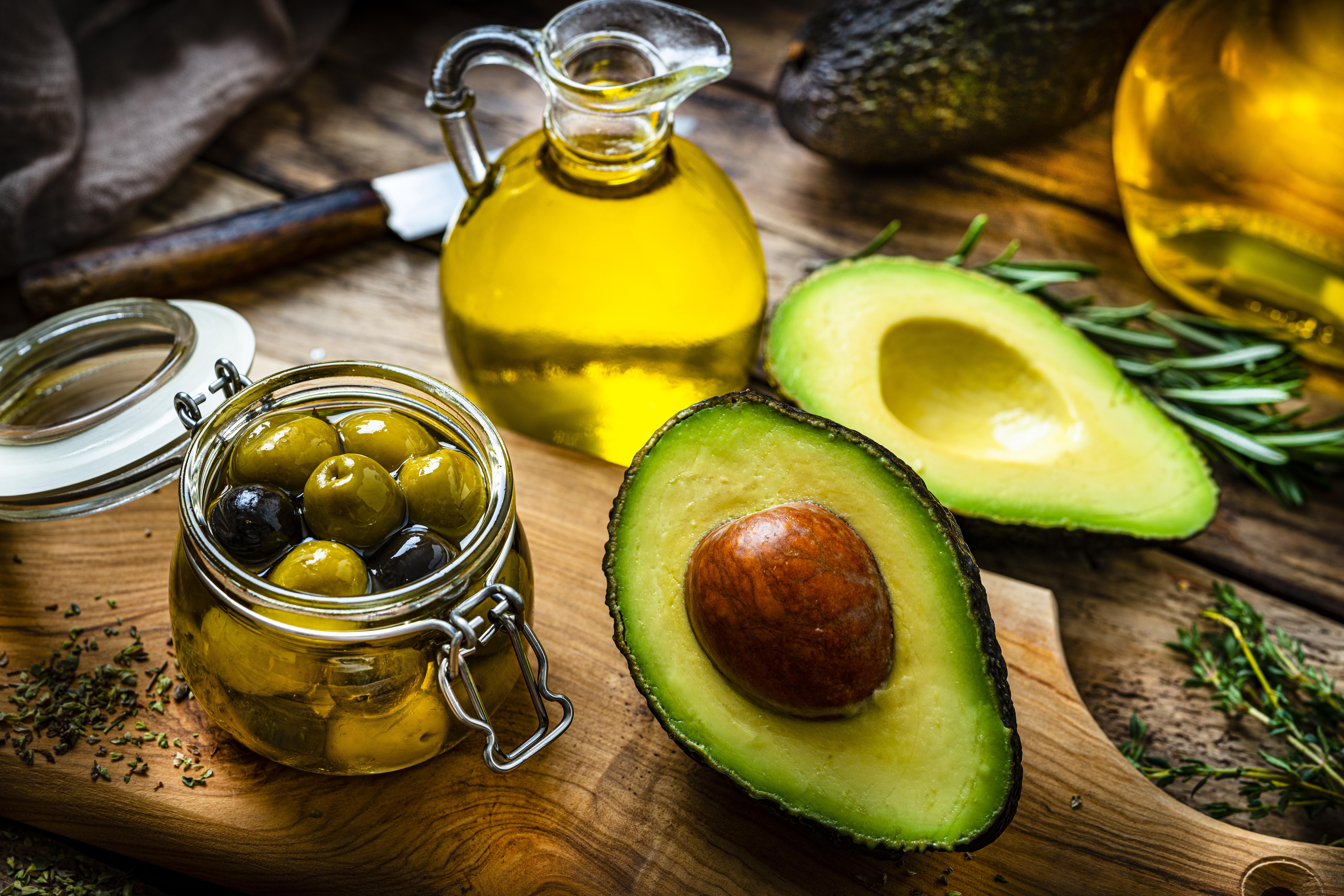 <p><strong>Маслото от авокадо</strong> е чудесно за вашите кулинарни шедьоври, особено изискващи висок градус на приготвяне.</p>