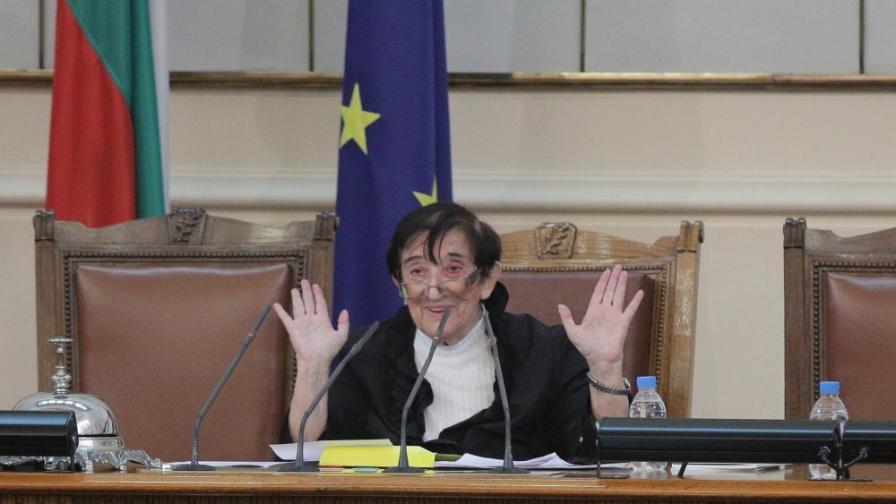 Мика Зайкова на първото заседание на 45-ото Народно събрание