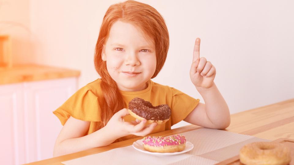 момиче хранене дете