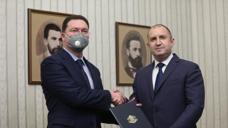 Президентът Радев връчи мандат за съставяне...