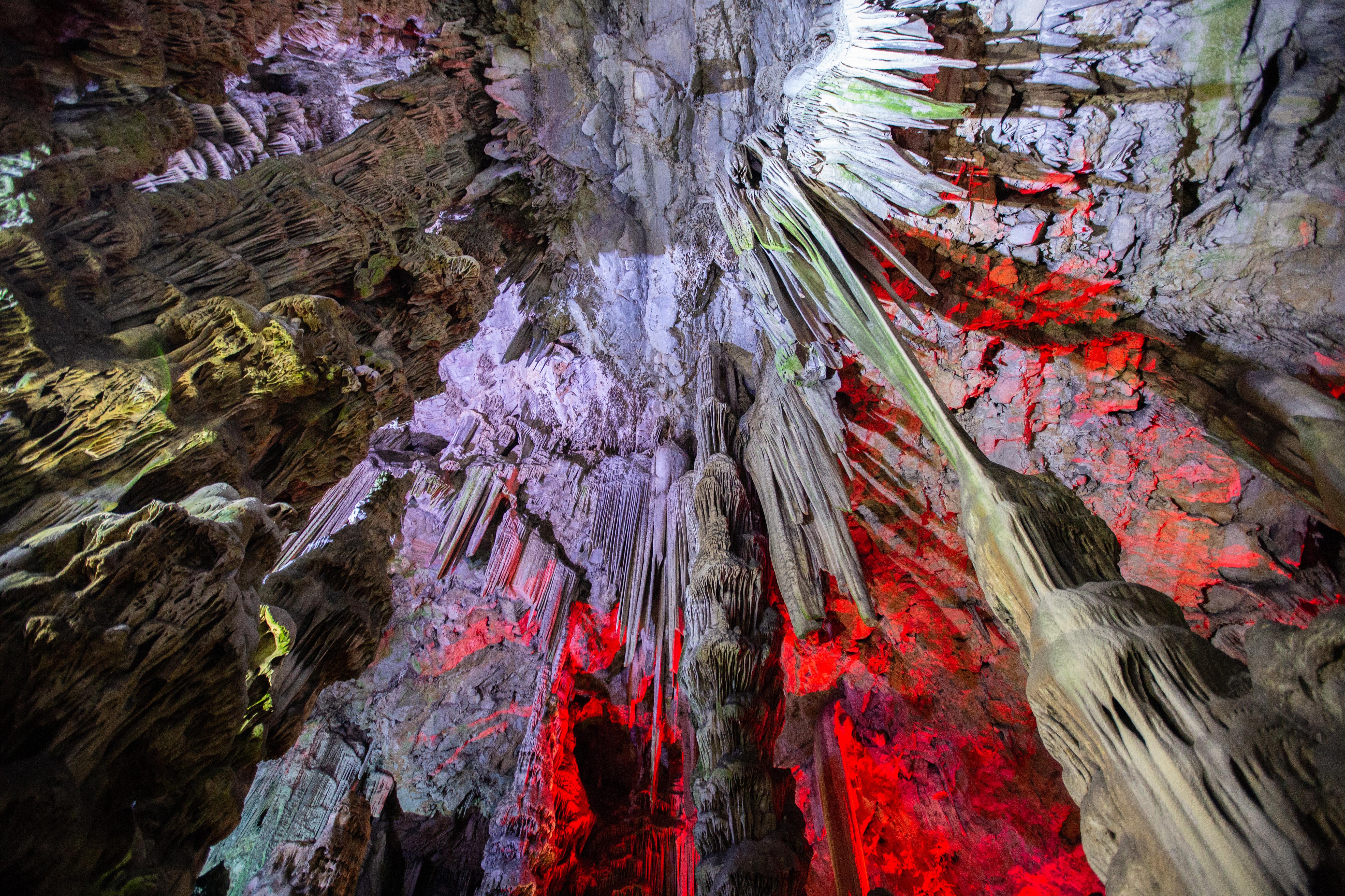 <p><strong>Красиви и любопитни пещери</strong></p>  <p>Варовиковата маса на Гибралтарската скала се издига на 426 метра. Пещерата Сан Мигел е ключова атракция със своите сталагмити и сталактити.</p>  <p>През юни стартира и ново звуково и светлинно шоу, което ще отведе посетителите на пътешествие през геоложката история на района.</p>