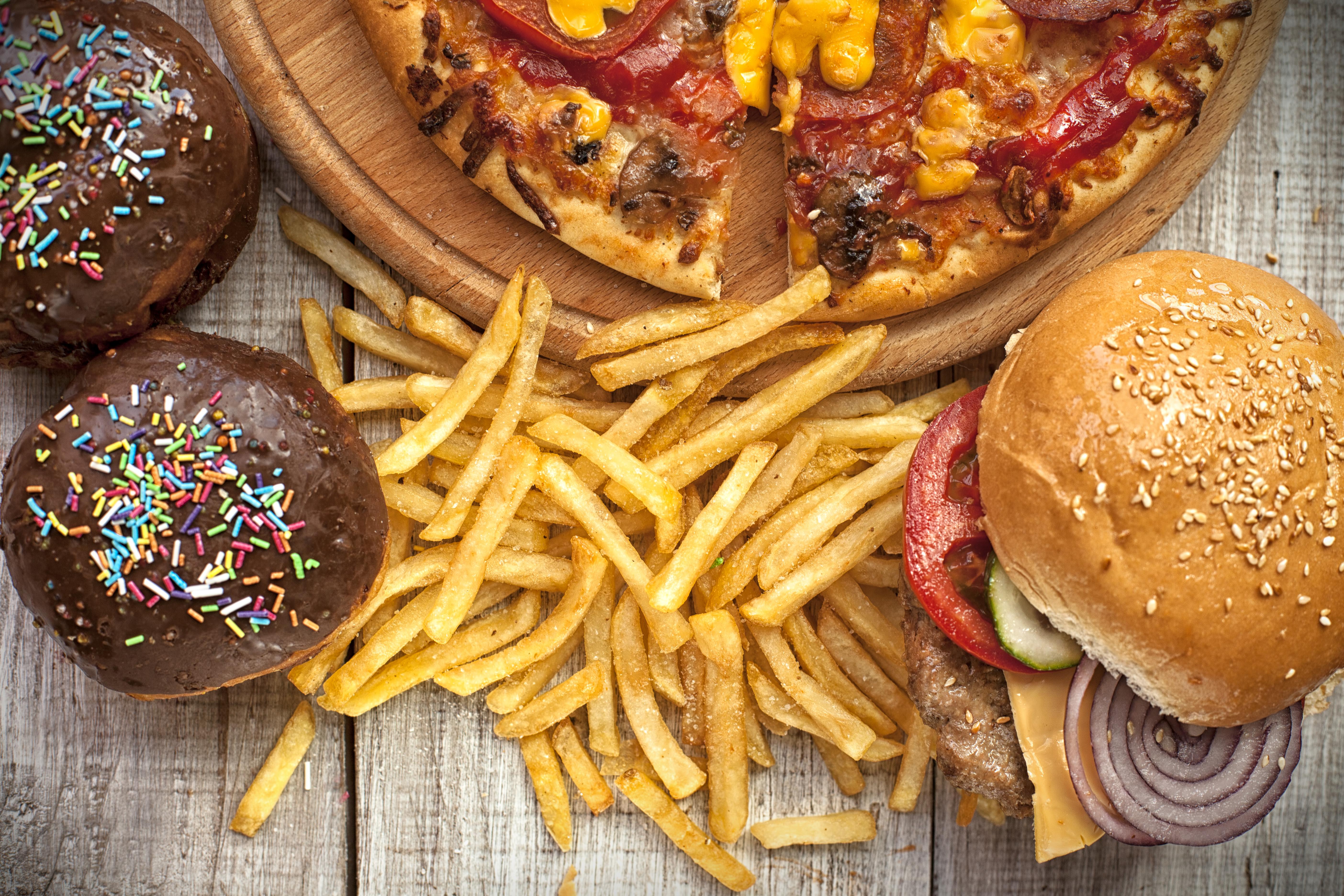 <p>Пържени и бързи храни Пържените и бързите храни също могат да източат енергията ви. Това е така, защото те обикновено са с високо съдържание на мазнини и ниско съдържание на фибри, два фактора, които могат да забавят храносмилането ви.</p>
