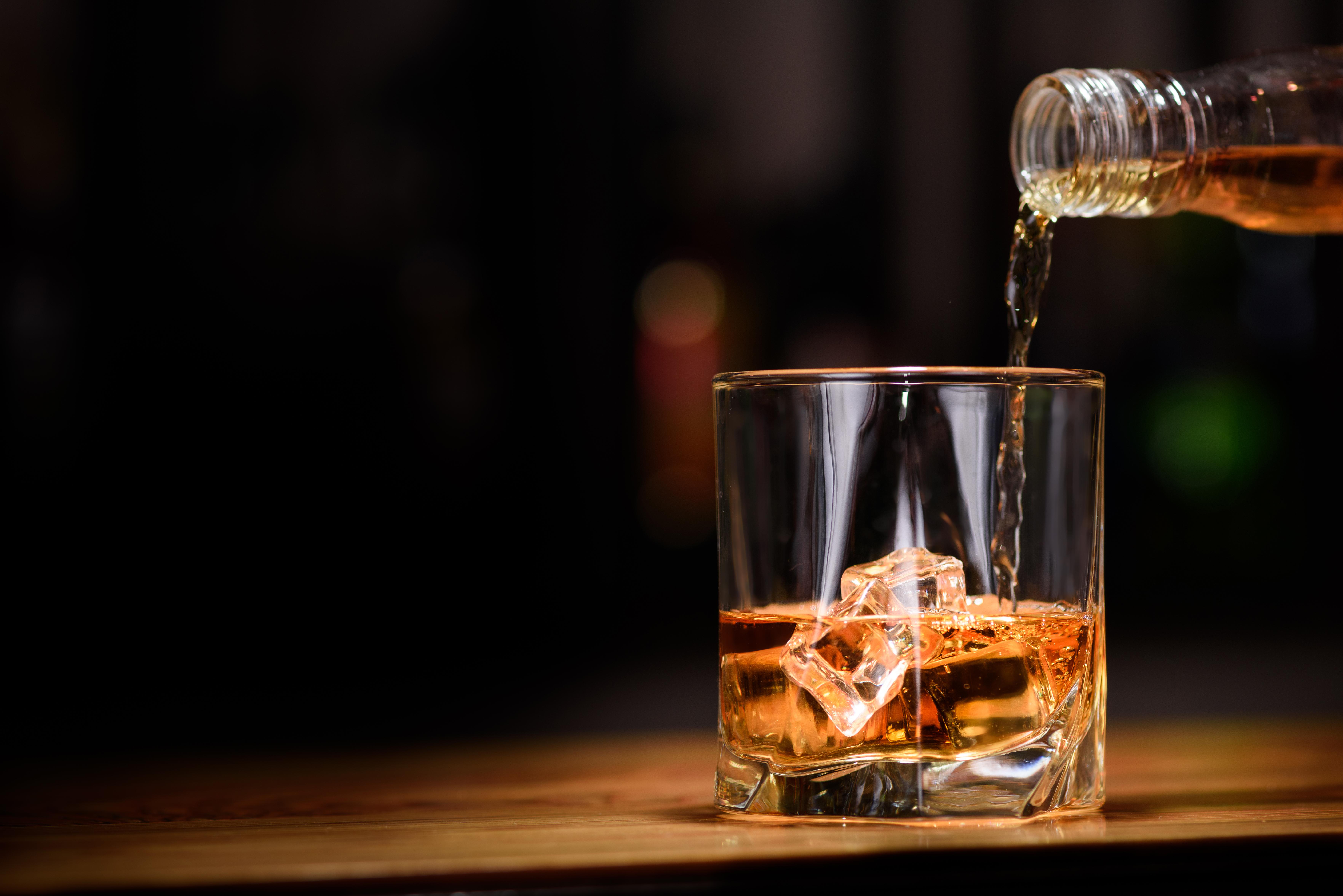 <p>Алкохол Алкохолът е известен със своя релаксиращ ефект. Всъщност много хора споделят, че малко алкохол по време на вечеря им помага да заспиват по-лесно. На практика обаче алкохолът може да намали качеството и продължителността на съня ви. Ето защо, въпреки че алкохолът може да ви помогне да се почувствате по-спокойни или да заспите по-лесно, в зависимост от количеството, което консумирате, той всъщност може да източи енергията ви и на следващата сутрин да се събудите по-малко отпочинали.</p>