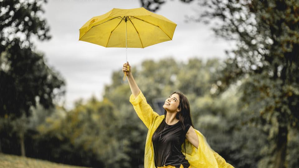 жена дъжд чадър буря