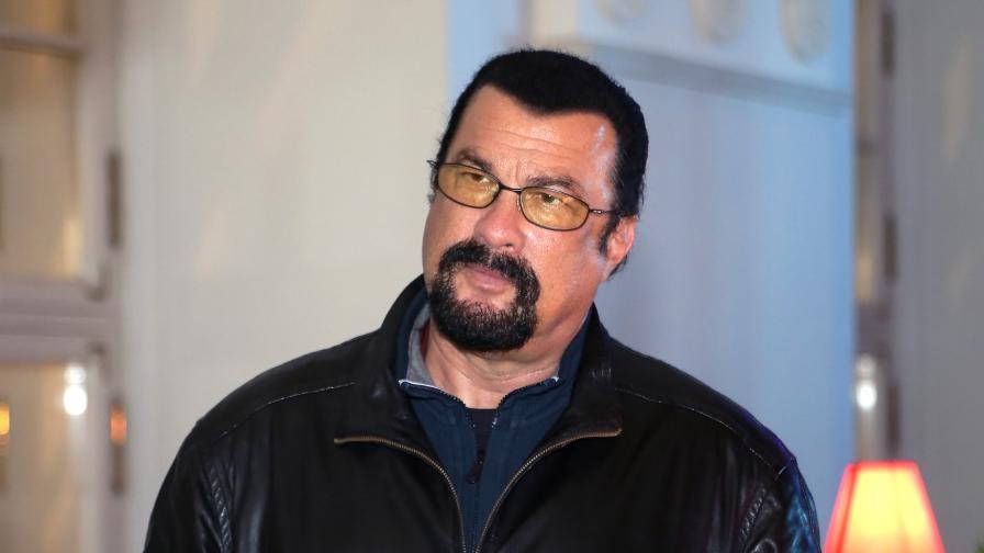 Стивън Сегал с необичаен подарък за президента на Венецуела
