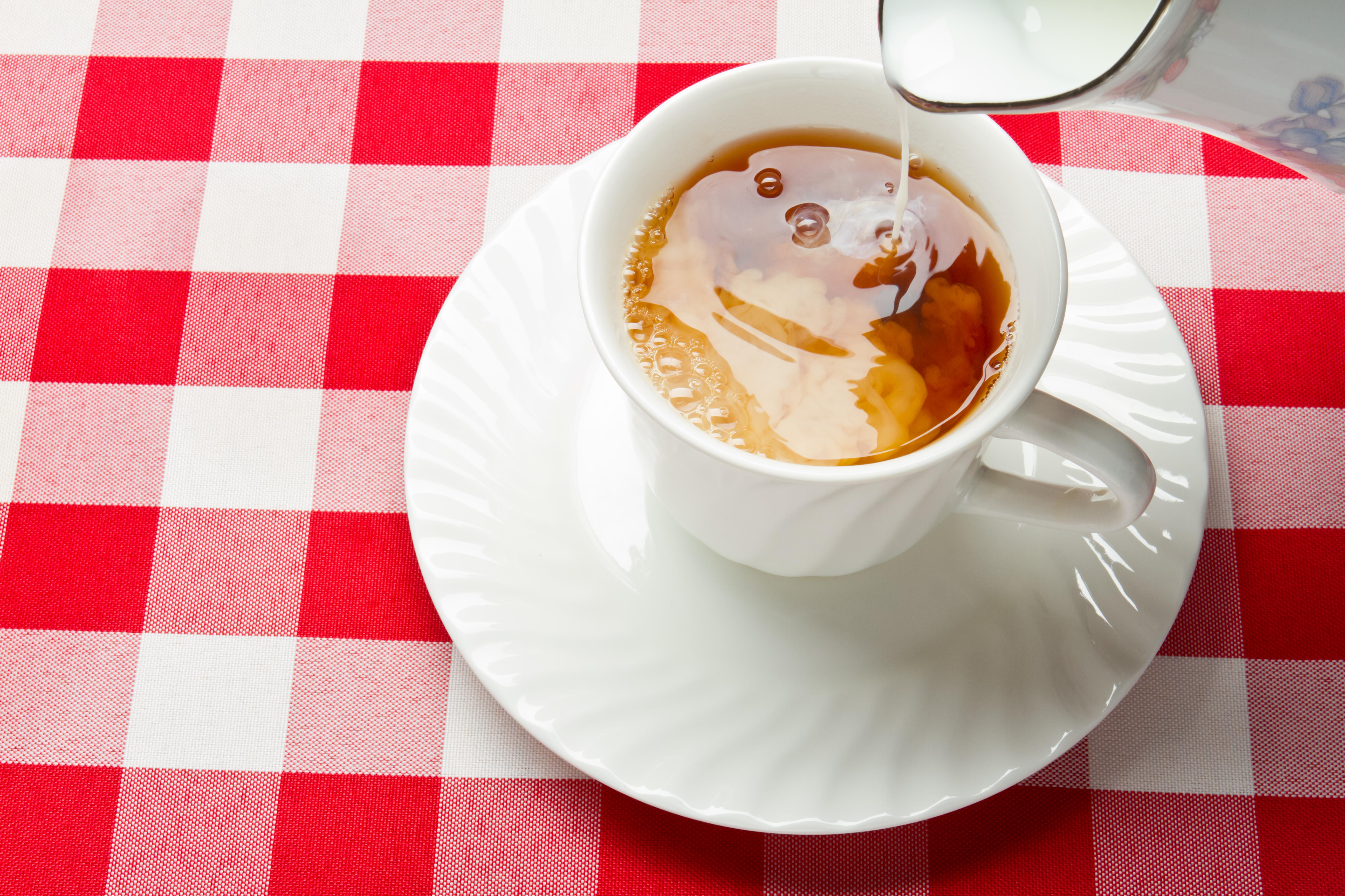 <p><strong>Чай с мляко</strong></p>  <p>Независимо от това дали пиете черен или зелен чай, и двата са много богати на антиоксиданти, които благоприятно влияят върху намаляване на възпаления с нисък интензитет. При това, зеленият чай е малко по-здравословен, защото има по-малко кофеин и повече полезни съставки. Но ако в чая добавете мляко, независимо дали става дума за краве или растително (от соя, ориз и т.н.), протеините от млякото се свързват точно с антиоксидантите и предотвратяват тяхното усвояване.</p>  <p>А що се отнася до млякото, в тази комбинация една от основните добри съставки на въпросната напитка, калция, не може да се използва, тъй като кофеинът пречи на усвояването на калция. Така че, ако искате да добавите нещо добро в чая си, вместо мляко, изцедете лимон.</p>