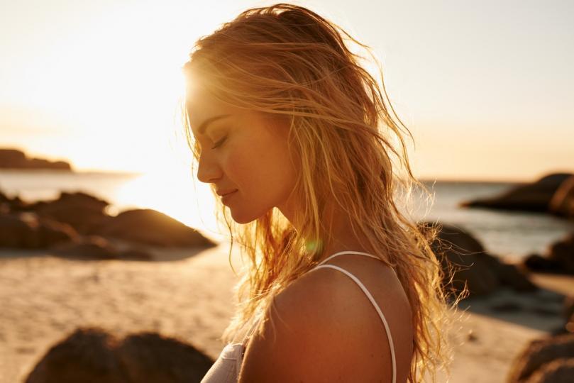 <p><strong>При повечето хора, страдащи от неврологични заболявания</strong>, високите температури и резките промени на времето, се отразяват зле, казват специалистите. Състоянието им се влошава, защото организмът няма възможност да се адаптира. В частност някои заболявания като че ли са по-склонни да се повлияват. Влошаване на симптомите се наблюдава при болните от множествена склероза - автоимунно възпалително заболяване, засягащо предимно млади хора.Тези пациенти трябва да избягват най-горещото време, включително и къпане с гореща вода. Болестта засяга цялата нервна система и е възможно болният да получи различни сетивни изтръпвания, мускулна слабост в крайниците, замаяност, намаление на зрението, нарушения в походката или в координацията на движенията. Типичните симптоми на заболяването могат да се влошат при повишаване на външната температура. Това се отнася и за останалите неврологични заболявания, обясняват лекарите.</p>  <p>&nbsp;</p>