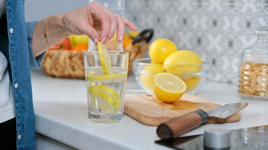 <p>Вода с лимон &ndash; ето няколко причини да я пиете</p>