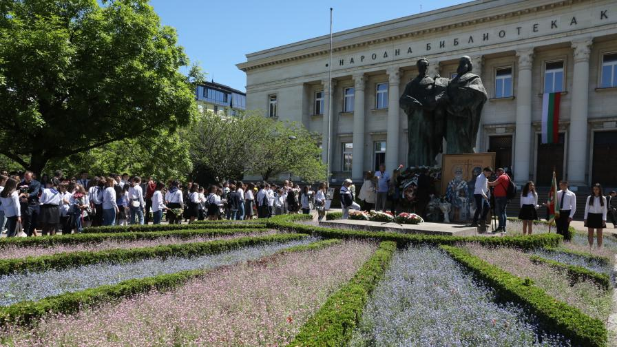 Ученици от НГДЕК поднесоха цветя пред...
