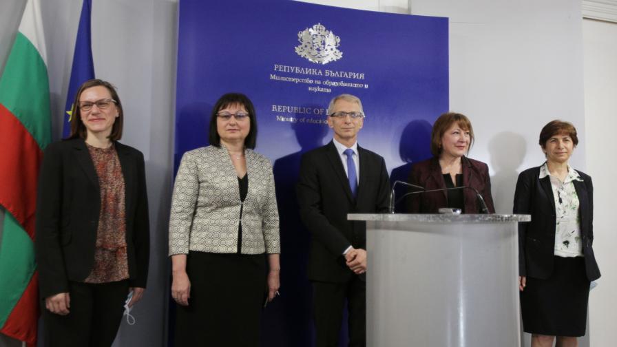 Служебният министър на образованието Николай Денков със заместниците си
