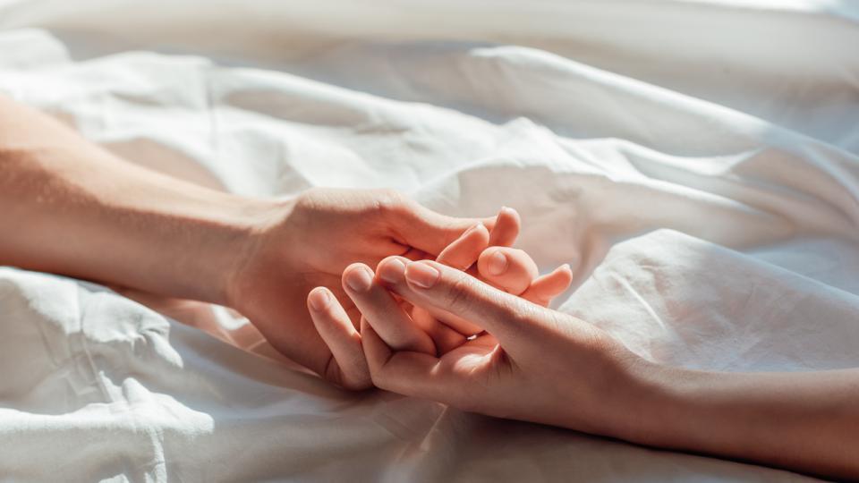 ръце легло любов чаршафи двойка