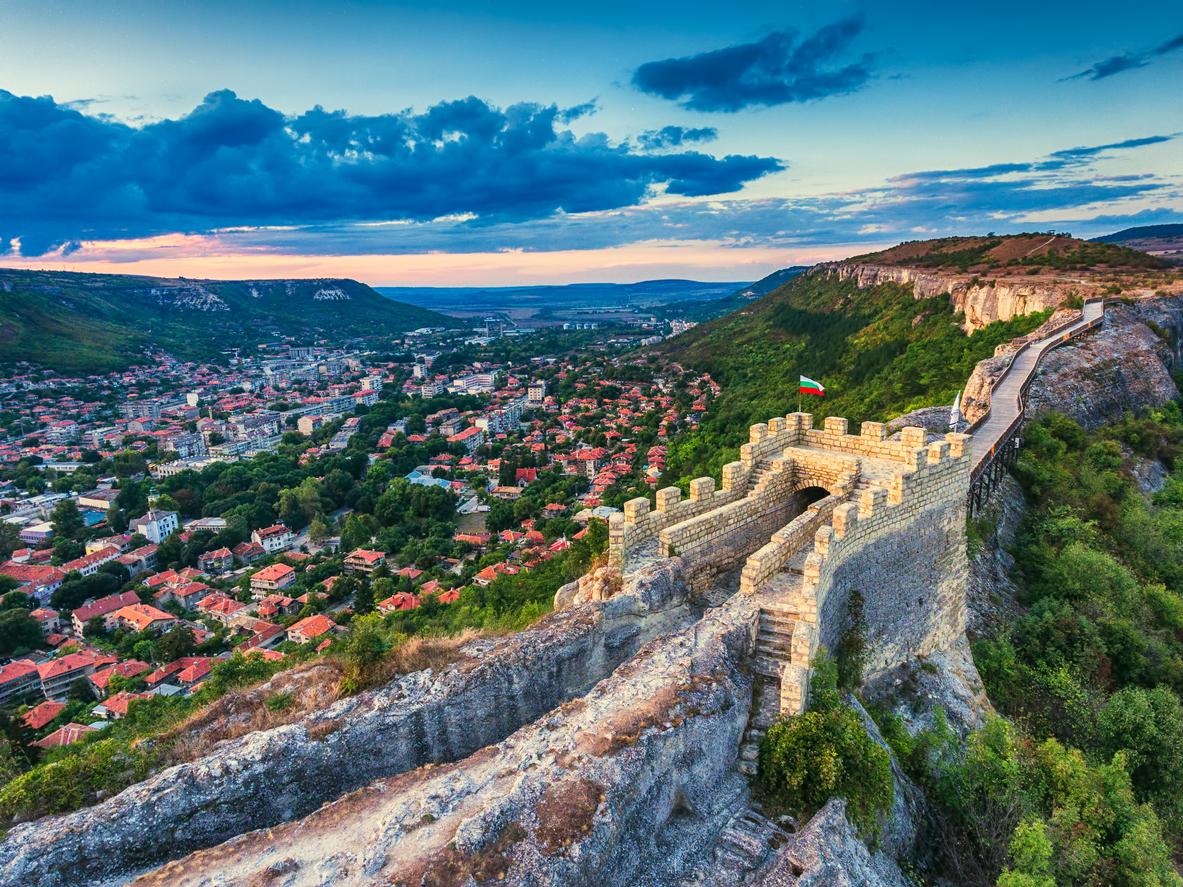 <p><strong>Крепостта Овеч край Провадия</strong> - разположена е източно от град Провадия. Построена е на величественото плато, познато под името &bdquo;Калето&ldquo;. Тя е известна с няколко имена - византийско Проват, българското Овеч и турското - Таш хисар. Обитавана е от средата на ІІІ до края на ХVІІ век, с прекъсвания от първите десетилетия на VІІ до ХІ век. Крепостта помни времето на Петър ІV и Калоян, движението начело с цар Ивайло, рицарите на Амедей VІ Савойски, османското нашествие, въстанието на царските синове Константин и Фружин, похода на полско-унгарския крал Владислав ІІІ Ягело.&nbsp;</p>