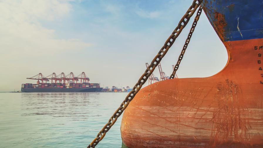 Авария на петролен танкер спря движението на кораби през Босфора