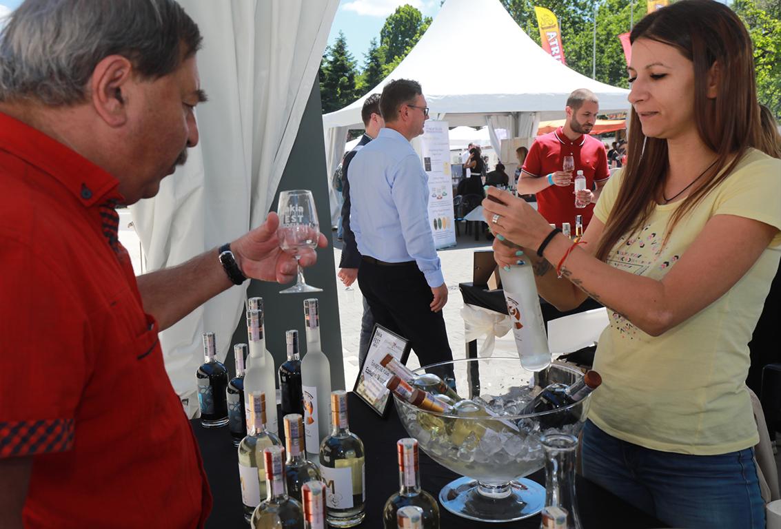 <p>С билета получавате като подарък &ndash; стъклена брандира чаша, вода и токени за премиум и ексклузивните напитки на фестивала</p>
