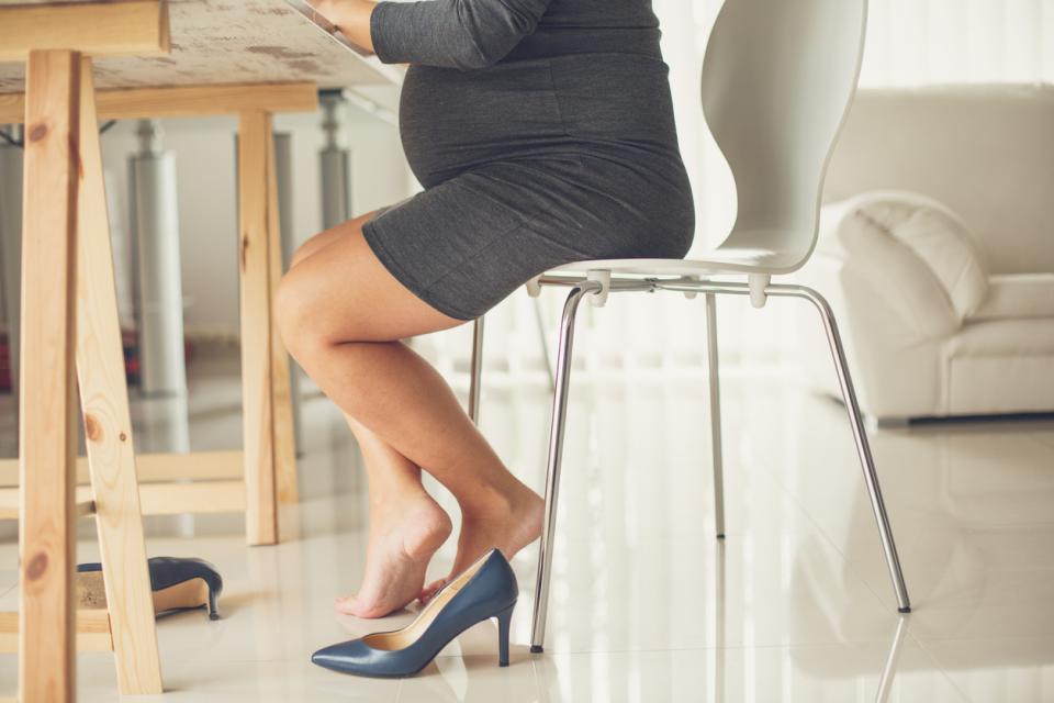бременна жена бременност подути крака