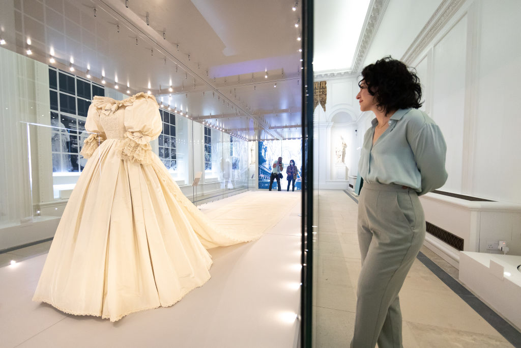 <p>Показват сватбената рокля на принцеса Даяна в двореца Кенсингтън</p>
